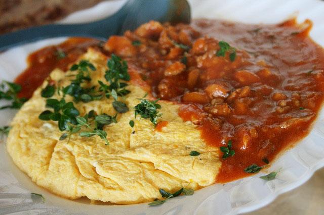 トマトソースのふわふわオムレツ
